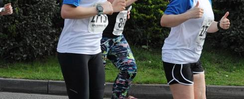 Tamsyn and Heloise pacing at Eastleigh 10k ©Paul Hammond